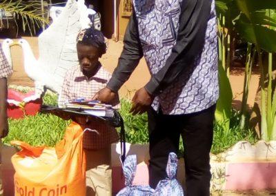 distribution d'un kit à une enfant du primaire